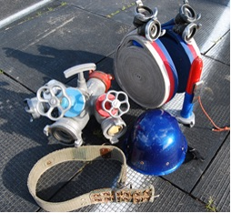 100m takistusriba läbimiseks tarvilik sportlase isiklik varustus. Pildil on vöö, kiiver, joatoru, hargmik ning voolikurullid.