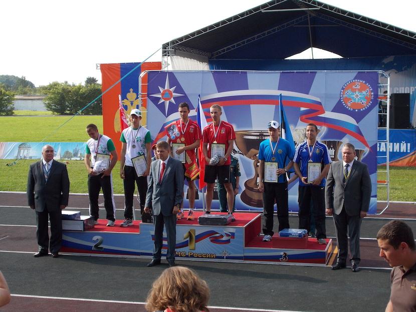 Gert Valdsalu võtmas vastu maailmameistrivõistluste pronksmedalit. Tema kõrval noortekoondise peatreener Margo Tammepõld.
