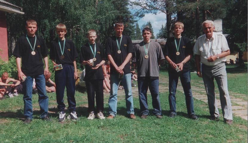 Noored Eesti tuletõrjespordi meistrivõistlustel Põlvas 1998. aastal. Foto: Erakogu