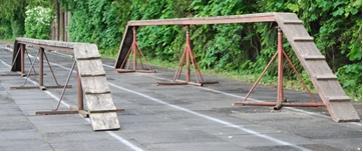 Madalamat poomi kasutavad kõik naiste vanusegruppide sportlased ning noormehed kuni 16. eluaastani. Kõrgema poomiga jooksevad noormehed alates 17. eluaastast.